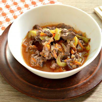 Печень куриная, тушеная с овощами на сковороде - рецепт с фото