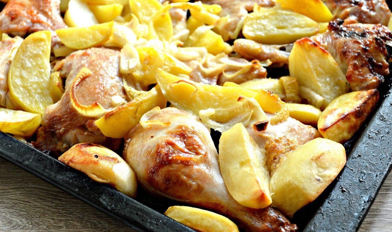Курица в сырном соусе, запеченная с овощами