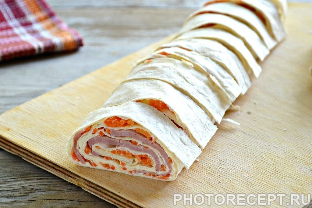 Рулет из лаваша с корейской морковкой и ветчиной - рецепт пошаговый с фото