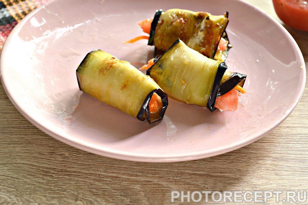 Фото рецепта - Вкусные рулетики из баклажан с корейской морковкой и помидорами - шаг 6