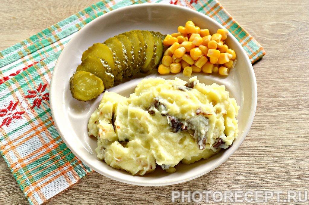 Фото рецепта - Картофельное пюре с жареными грибами и луком - шаг 6
