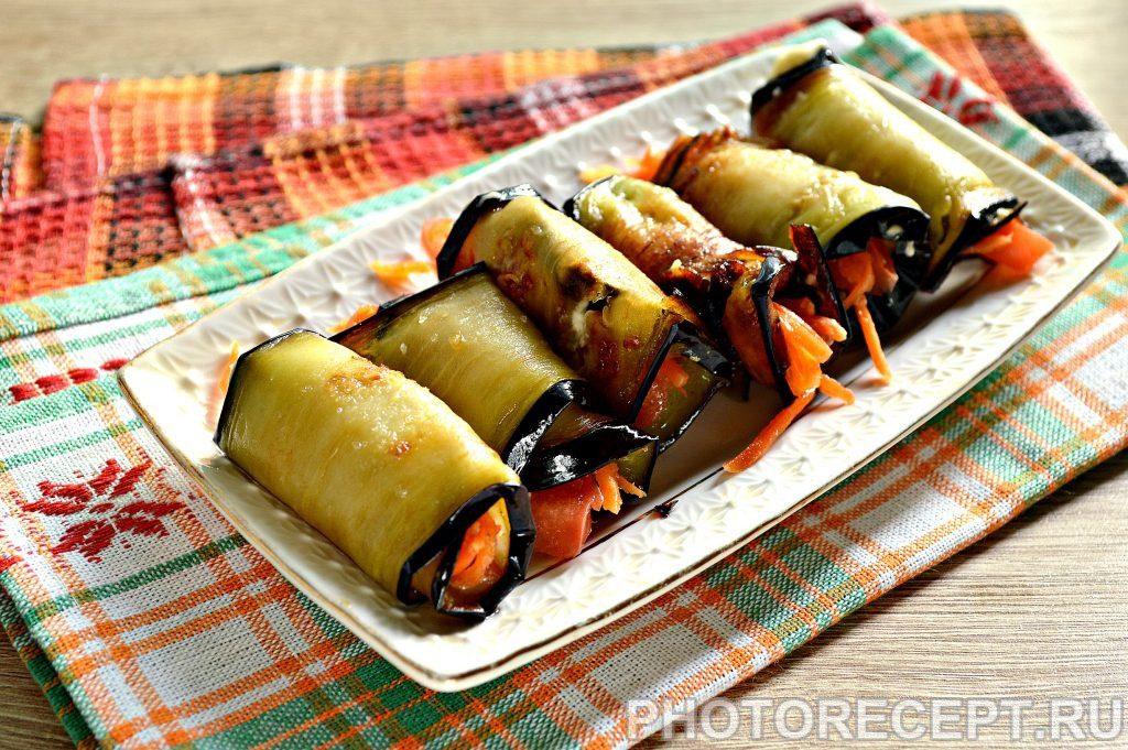 Фото рецепта - Вкусные рулетики из баклажан с корейской морковкой и помидорами - шаг 7