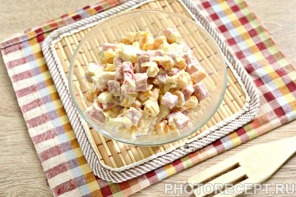 Фото рецепта - Простой салат с ветчиной и крабовыми палочками - шаг 7