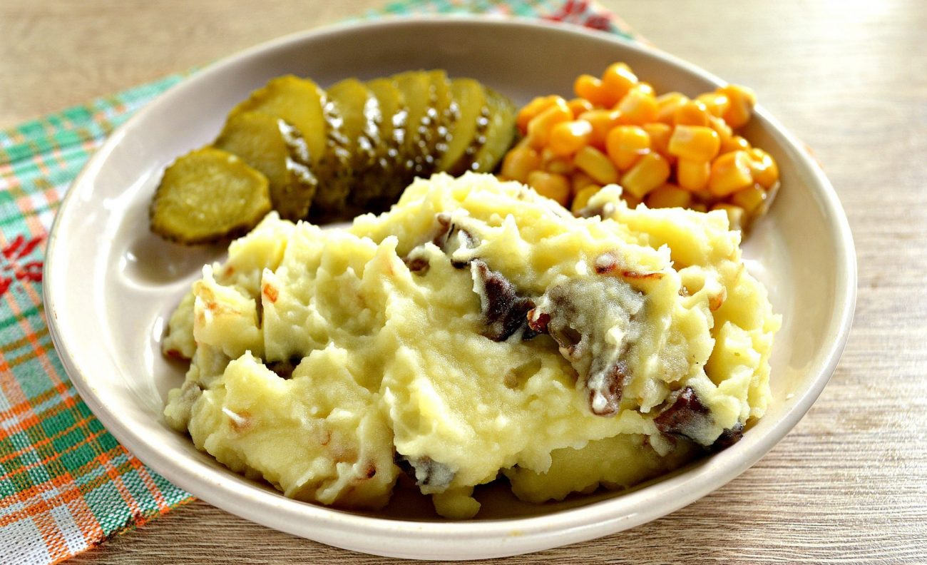 Картофельное пюре с жареными грибами и луком