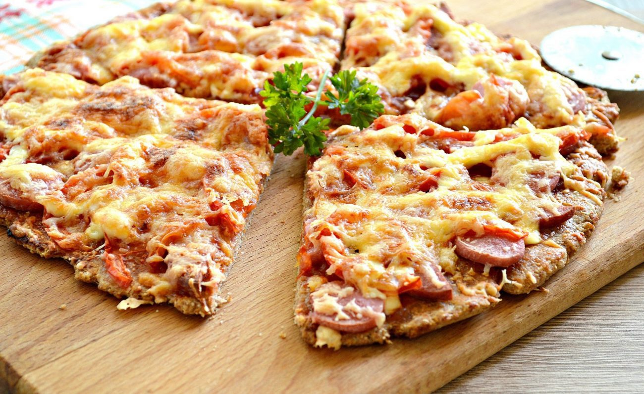 Вкусная пицца с сосисками и копченой колбасой