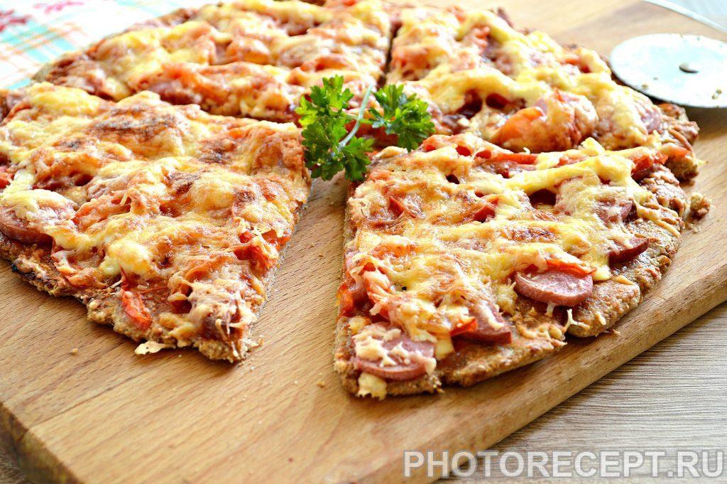 Фото рецепта - Вкусная пицца с сосисками и копченой колбасой - шаг 7