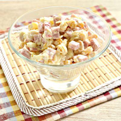 Простой салат с ветчиной и крабовыми палочками - рецепт с фото