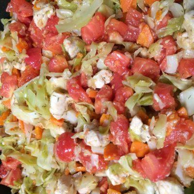 Тушеная капуста с курицей и помидорами - рецепт с фото