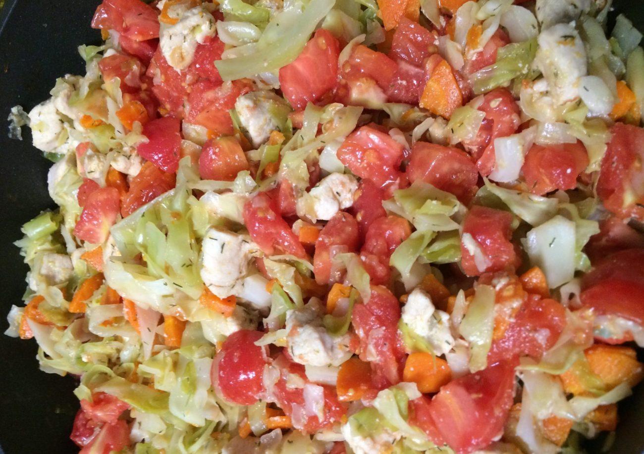 Тушеная капуста с курицей и помидорами