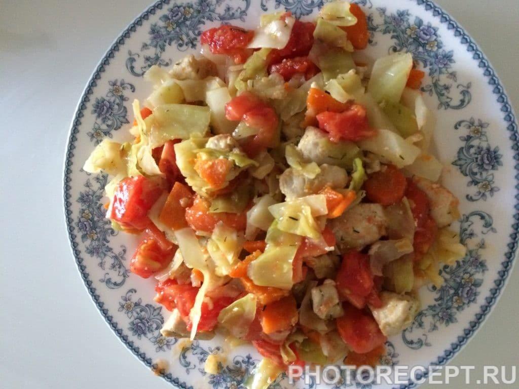 Фото рецепта - Тушеная капуста с курицей и помидорами - шаг 9