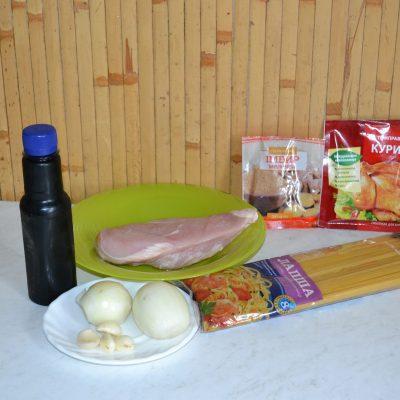 Фото рецепта - Лапша с курицей и соевым соусом - шаг 1