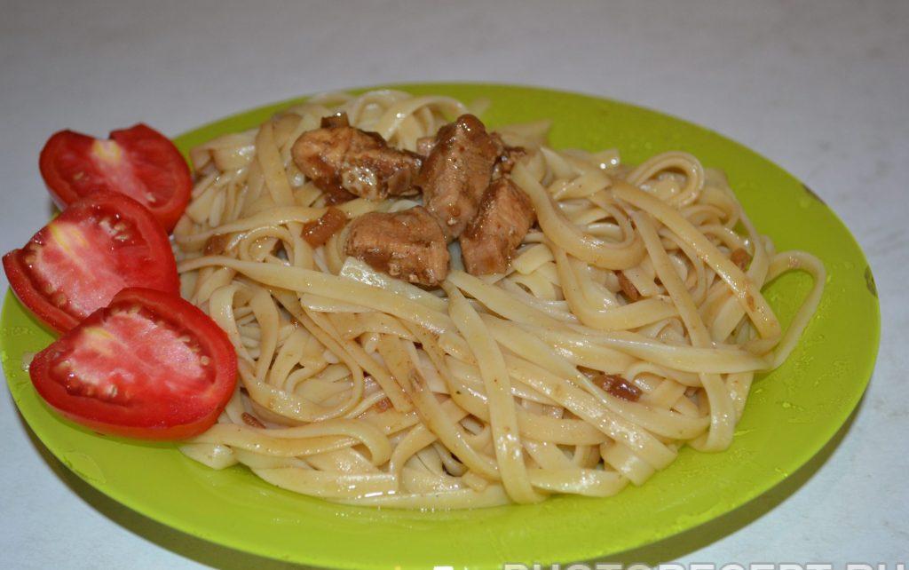 Фото рецепта - Лапша с курицей и соевым соусом - шаг 8