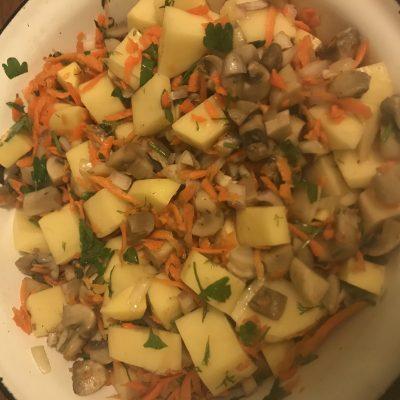 Фото рецепта - Картошка запеченная с грибами и мясом в горшочках - шаг 4