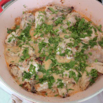 Фото рецепта - Курица тушеная в сметане - шаг 4