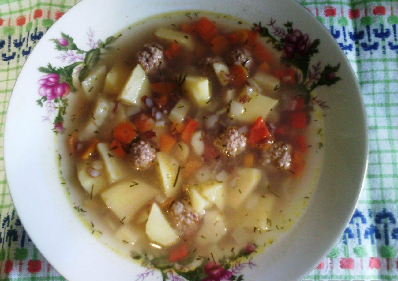 Густой осенний суп с фрикадельками и красным рисом