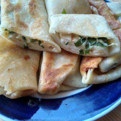 Блины фаршированные сыром и зеленью - рецепт с фото