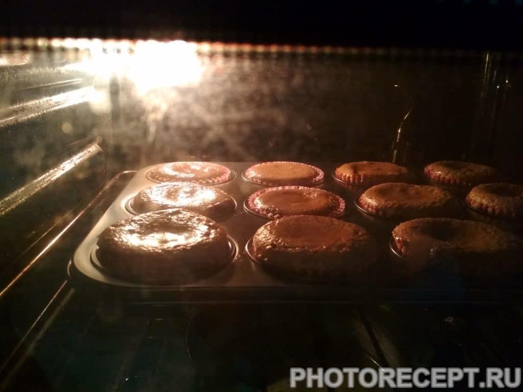"""Фото рецепта - Хрустящие шоколадные маффины """"Малиновый восторг"""" - шаг 7"""