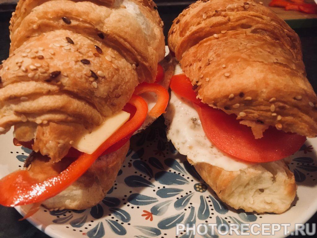 Фото рецепта - Круассаны с яичницей, помидорами и грибами - шаг 4