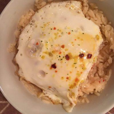 Рисовый салат с яйцом, помидором и сыром фета - рецепт с фото