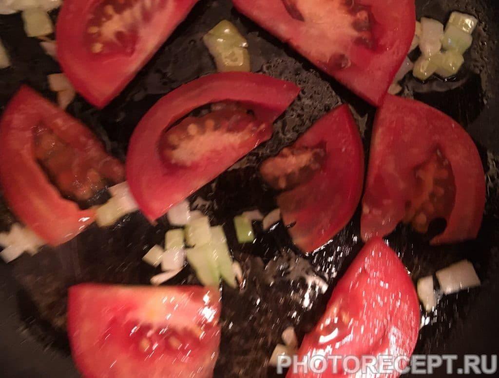 Фото рецепта - Творожный омлет с помидорами - шаг 4