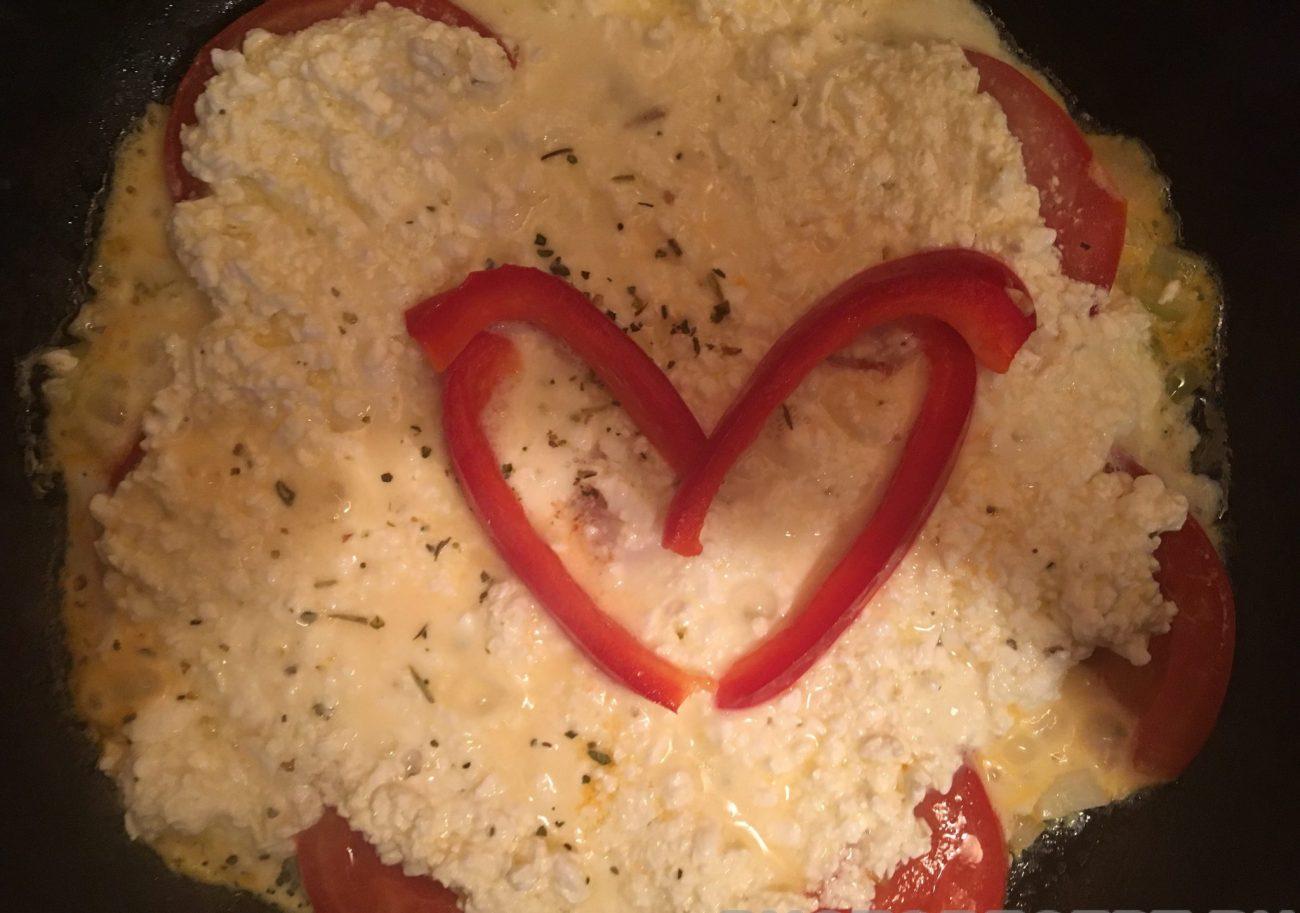 Творожный омлет с помидорами
