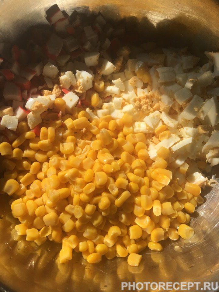 Фото рецепта - Любимый салат с крабовыми палочками - шаг 4