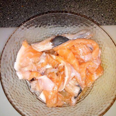 Фото рецепта - Тосты с мягким сыром и малосольной семгой - шаг 1