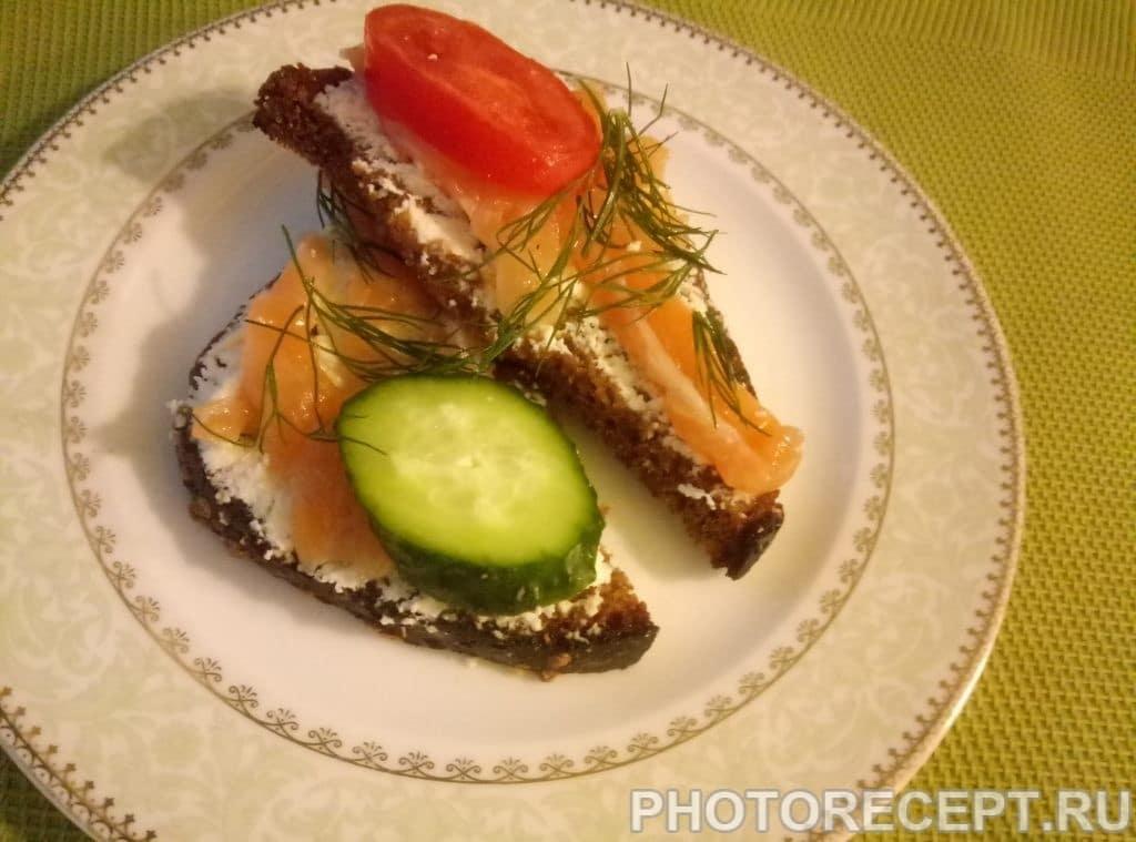 Фото рецепта - Тосты с мягким сыром и малосольной семгой - шаг 4