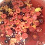 Фото рецепта - Ягодный чай с мятой - шаг 2