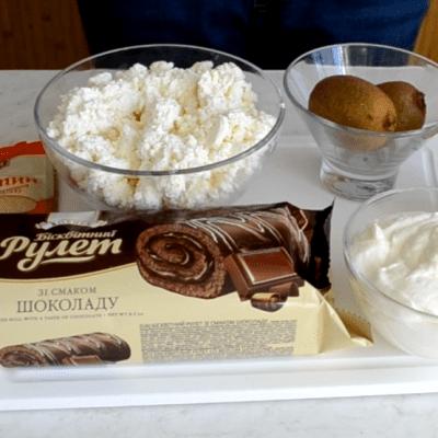 Фото рецепта - Творожный десерт из шоколадного рулета - шаг 1
