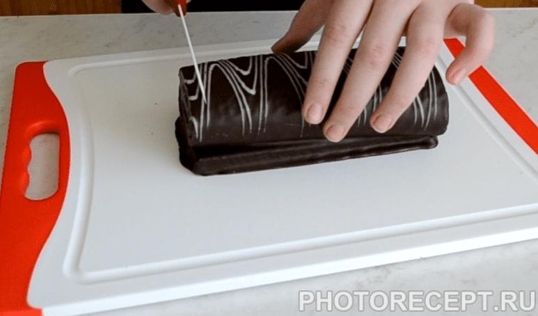 Фото рецепта - Творожный десерт из шоколадного рулета - шаг 4