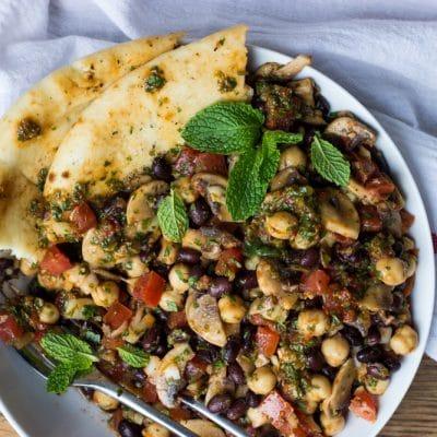 Фасолевый салат с помидорами и маринованными шампиньонами - рецепт с фото