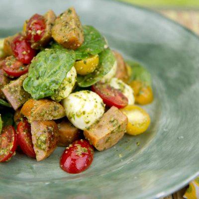 Итальянский салат с колбасками, помидорами и моцареллой - рецепт с фото