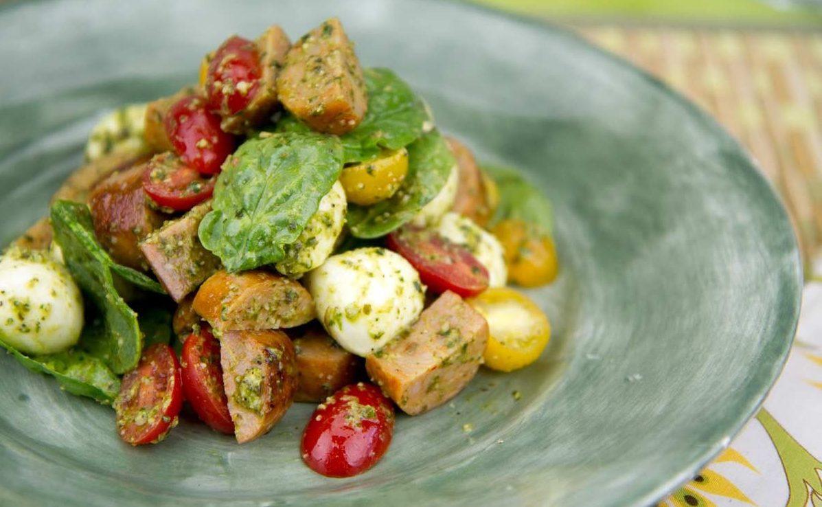 Итальянский салат с колбасками, помидорами и моцареллой