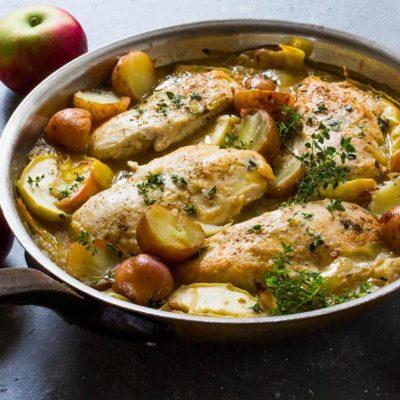 Куриное филе, тушеное с яблоками и картофелем - рецепт с фото