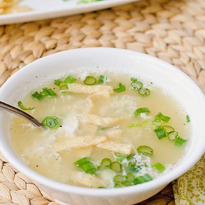 Легкий яичный суп на курином бульоне - рецепт с фото