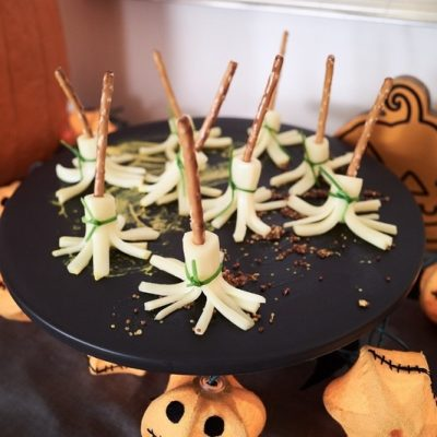 Метла ведьмы – закуска из сыра на Хэллоуин - рецепт с фото