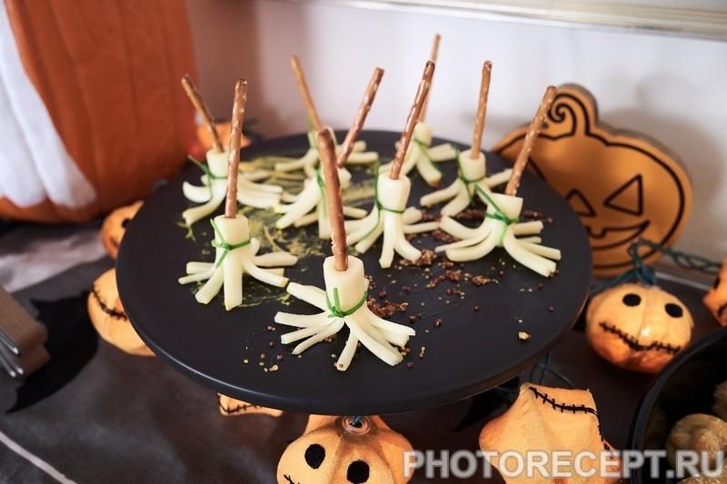 Метла ведьмы – закуска из сыра на Хэллоуин