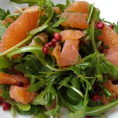 Простой салат с копченой форелью - рецепт с фото