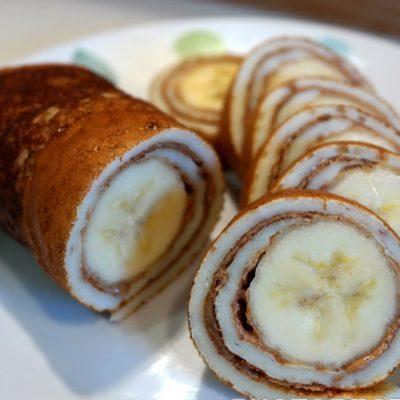 Роллы из блинов с бананом - рецепт с фото