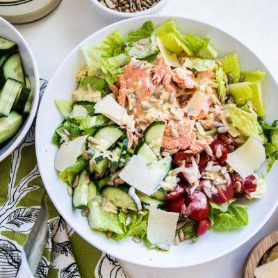 """Рыбный салат """"Цезарь"""" с огурцами и помидорами - рецепт с фото"""