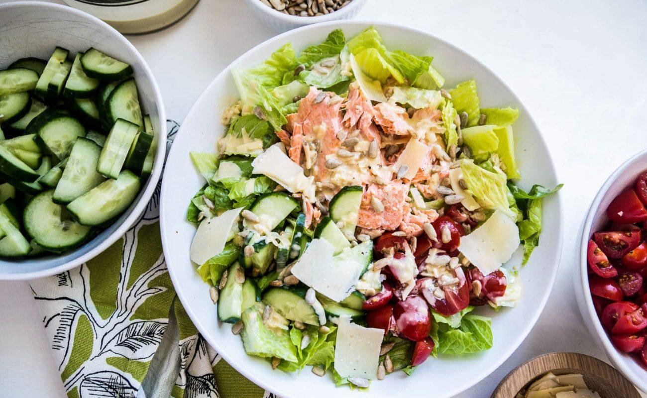 """Рыбный салат """"Цезарь"""" с огурцами и помидорами"""