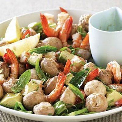 Салат из маринованных шампиньонов с авокадо и креветками - рецепт с фото