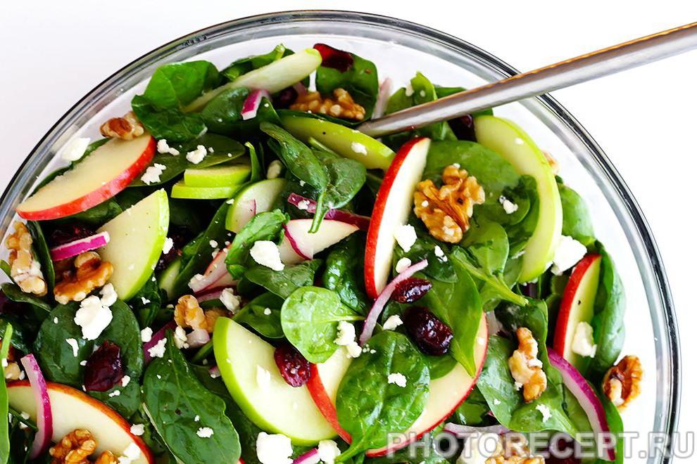 Салат из шпината с яблоками и фетой