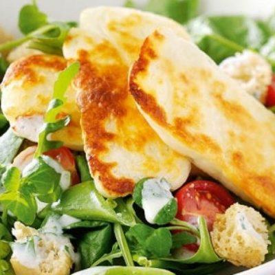 Салат с жареным сыром, горошком  и помидорами - рецепт с фото