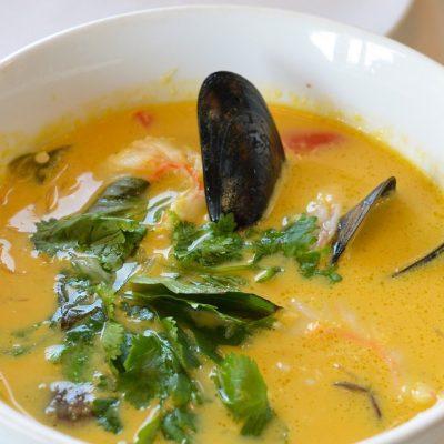 Тайский суп с морепродуктами и рисовой лапшой - рецепт с фото
