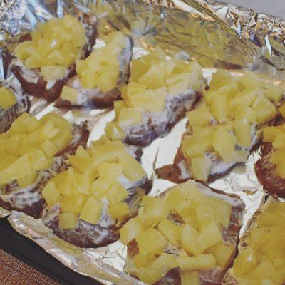 Фото рецепта - Сочная куриная грудка с ананасом и сыром - шаг 6
