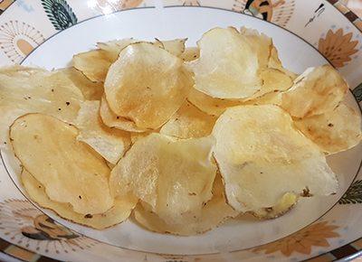Фото рецепта - Диетические картофельные чипсы с йогуртово-чесночным соусом - шаг 6