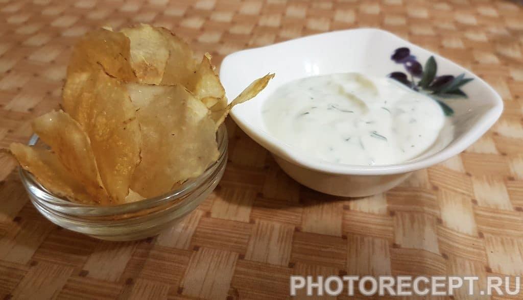 Фото рецепта - Диетические картофельные чипсы с йогуртово-чесночным соусом - шаг 7