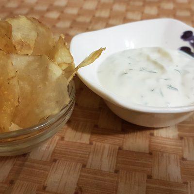 Диетические картофельные чипсы с йогуртово-чесночным соусом - рецепт с фото